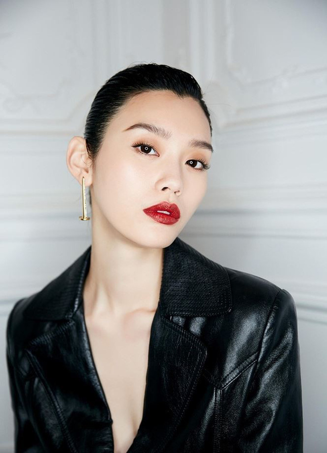 Siêu mẫu Victoria's Secret gốc Hoa khoe lưng trần quyến rũ ở Paris - ảnh 10