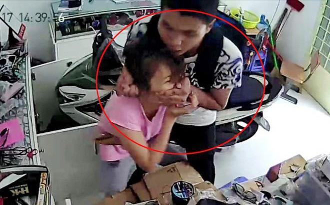 Thanh niên bịt mặt kẹp cổ, dùng dao đâm nhân viên cửa hàng B'smart cướp tài sản ở Sài Gòn