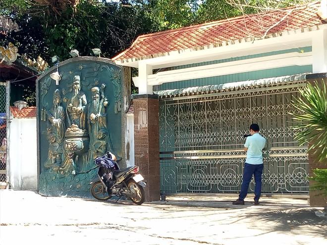 Đại gia vàng lệnh không mở cửa biệt phủ, đoàn kiểm tra bất lực đứng ngoài cổng nhìn vào - Ảnh 1.