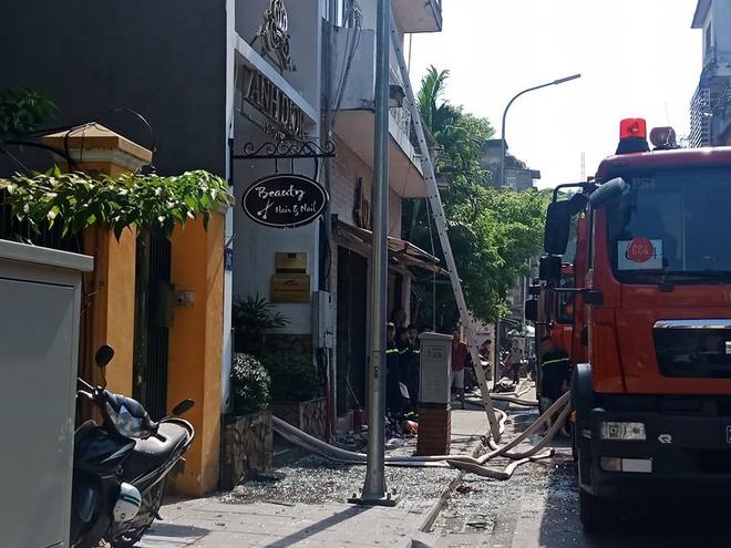 Hà Nội: Cháy thẩm mỹ viện, 3 người mắc kẹt trên tầng thượng - Ảnh 1.
