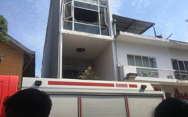 Hà Nội: Cháy thẩm mỹ viện, 3 người mắc kẹt trên tầng thượng