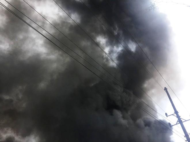 Hàng trăm cảnh sát PCCC đang chiến đấu với bà hỏa cứu xưởng sản xuất mây tre đan - Ảnh 3.