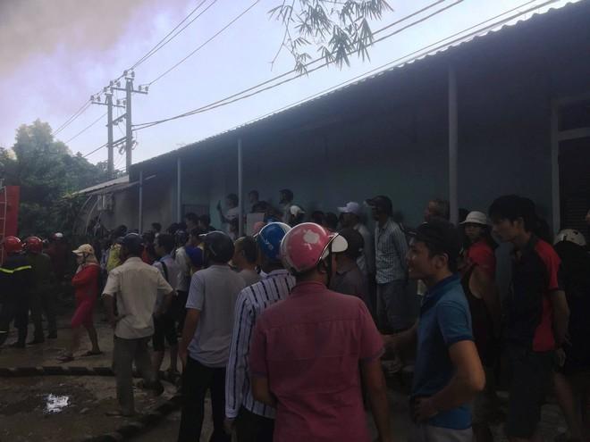 Hàng trăm cảnh sát PCCC đang chiến đấu với bà hỏa cứu xưởng sản xuất mây tre đan - Ảnh 7.