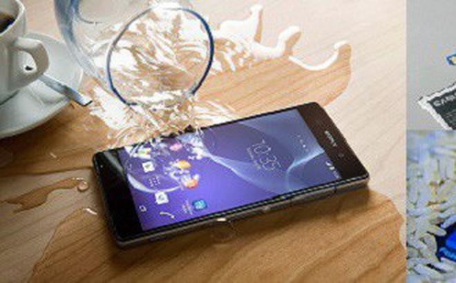 Điện thoại rơi xuống nước, cách 'cấp cứu' cực đơn giản và hiệu quả bất ngờ