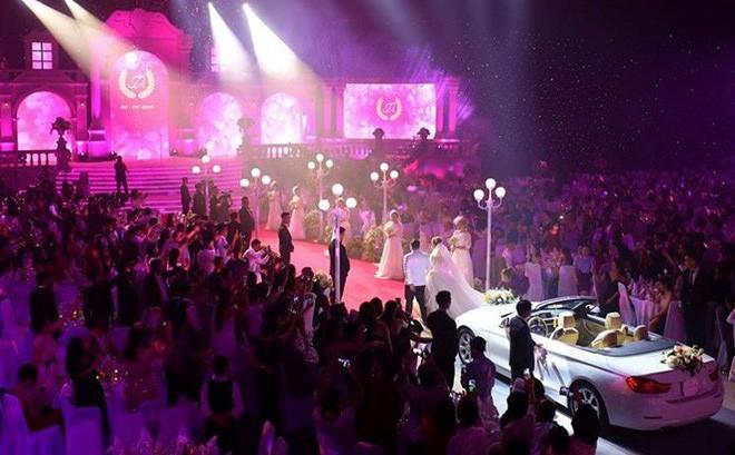 """Đám cưới """"khủng"""" ở Đà Nẵng: Xe mui trần BMW bạn bè cho mượn, nhà gái góp chi phí tổ chức"""