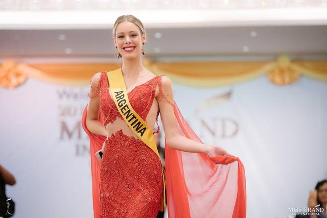 Nhan sắc xấu khó tin của các đối thủ Á hậu Việt Nam tại Hoa hậu Hòa bình Thế giới 2018 - Ảnh 8.