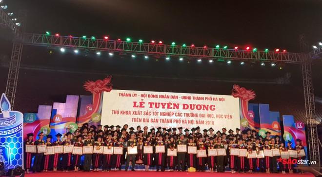 Những Thủ khoa đầu ra Đại học xinh đẹp, tài giỏi được ghi danh bảng vàng tại Văn Miếu - Ảnh 1.