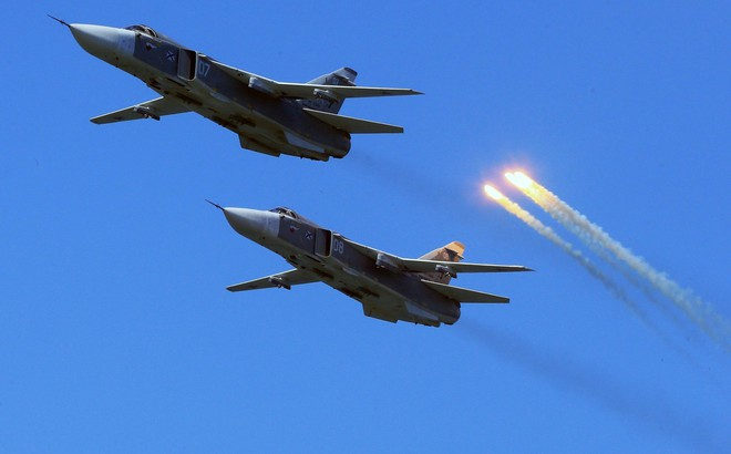 """10 máy bay Su-24 Nga ồ ạt khai hỏa, """"tổng hành dinh địch thủ"""" bị san phẳng"""