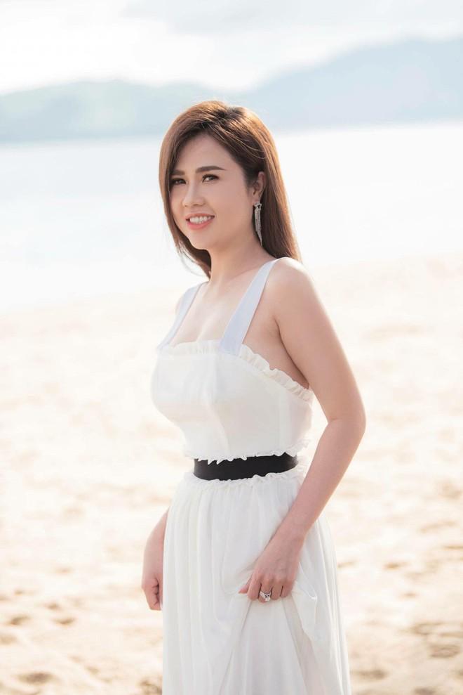 Sau đám cưới lãng mạn bên bờ biển, chị gái Ngọc Trinh khoe ảnh tình tứ, nói lời sến sẩm với ông xã kém tuổi - ảnh 2