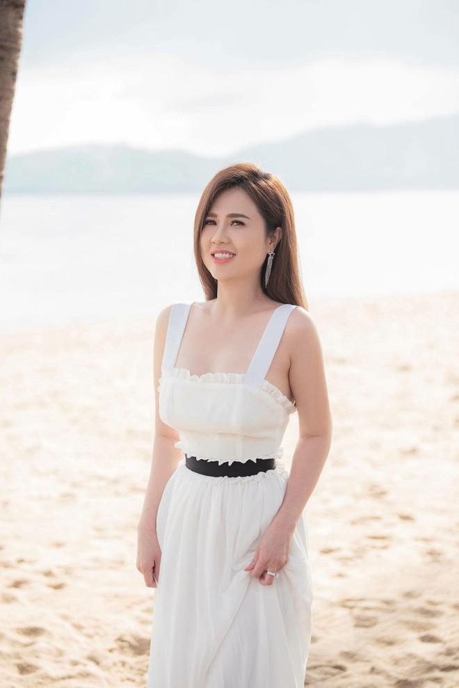 Sau đám cưới lãng mạn bên bờ biển, chị gái Ngọc Trinh khoe ảnh tình tứ, nói lời sến sẩm với ông xã kém tuổi - ảnh 1