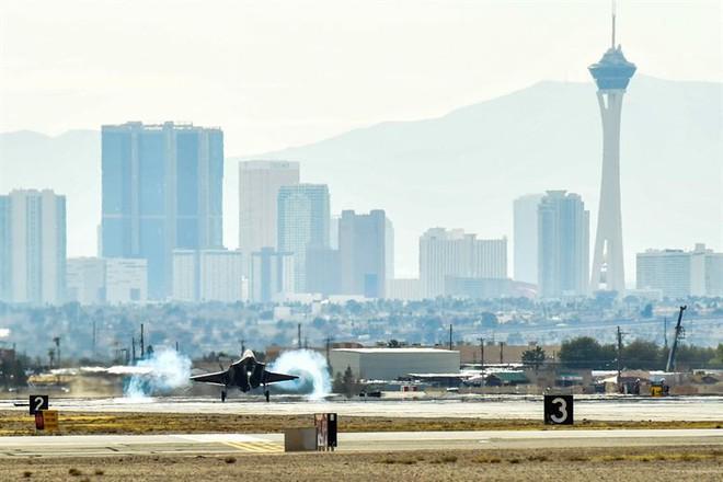 1 tiêm kích tàng hình F-35A bị bắn hạ ngay trên bầu trời Nevada, Mỹ: Thiên thần gãy cánh - Ảnh 1.
