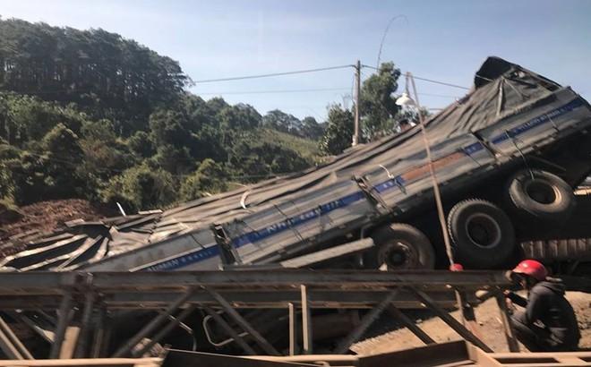 Mất lái, xe tải húc sập cầu tạm trên đường Hồ Chí Minh