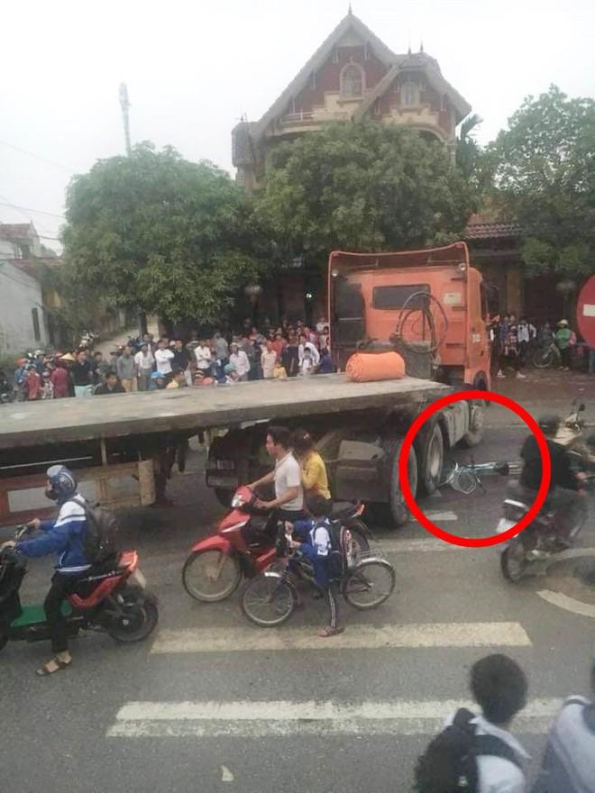 CLIP: Cú ngoặt của xe container và hình ảnh kinh hoàng dưới gầm - ảnh 1