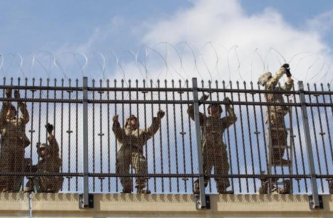 """Ảnh: Lính Mỹ giăng """"thiên la địa võng"""" với Mexico, chặn đứng dân di cư"""
