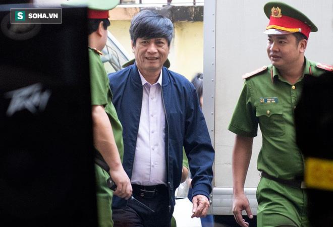 Cựu tướng Nguyễn Thanh Hóa tươi cười, ông Phan Văn Vĩnh liên tục đọc cáo trạng 235 trang - Ảnh 2.