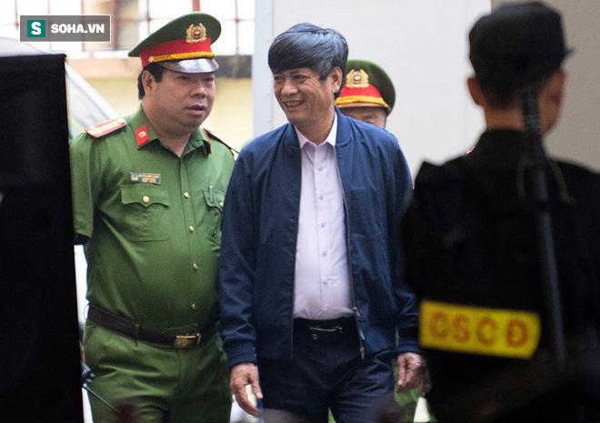 Cựu tướng Nguyễn Thanh Hóa tươi cười, ông Phan Văn Vĩnh liên tục đọc cáo trạng 235 trang - Ảnh 1.