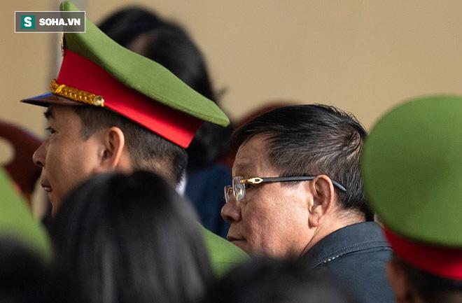 Cựu tướng Nguyễn Thanh Hóa tươi cười, ông Phan Văn Vĩnh liên tục đọc cáo trạng 235 trang - Ảnh 11.
