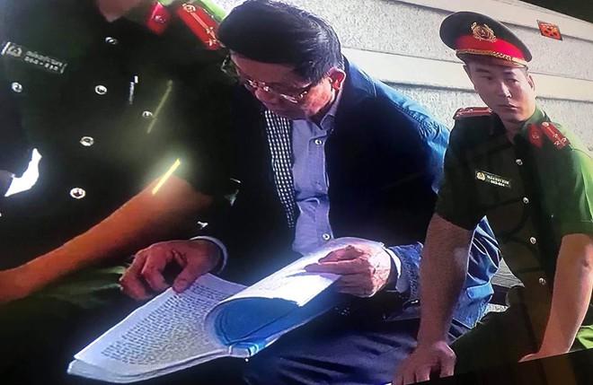 Cựu tướng Nguyễn Thanh Hóa tươi cười, ông Phan Văn Vĩnh liên tục đọc cáo trạng 235 trang - Ảnh 12.