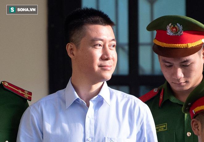 Cựu tướng Nguyễn Thanh Hóa tươi cười, ông Phan Văn Vĩnh liên tục đọc cáo trạng 235 trang - Ảnh 14.