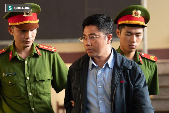 Cựu tướng Nguyễn Thanh Hóa tươi cười, ông Phan Văn Vĩnh liên tục đọc cáo trạng 235 trang - Ảnh 16.