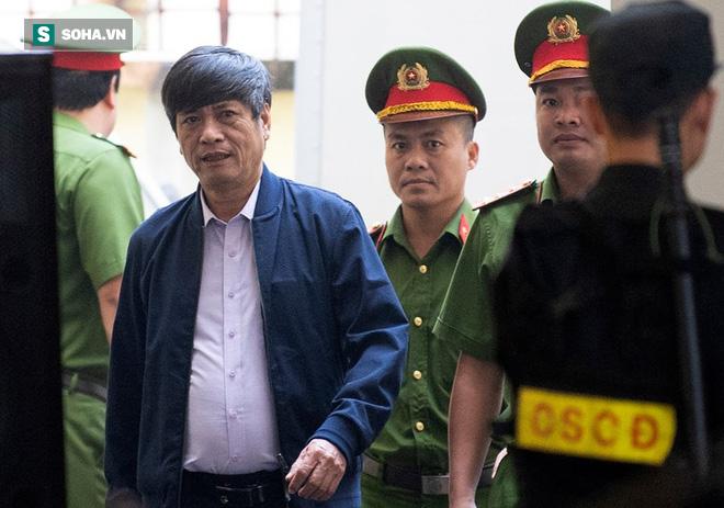 Cựu tướng Nguyễn Thanh Hóa tươi cười, ông Phan Văn Vĩnh liên tục đọc cáo trạng 235 trang - Ảnh 3.