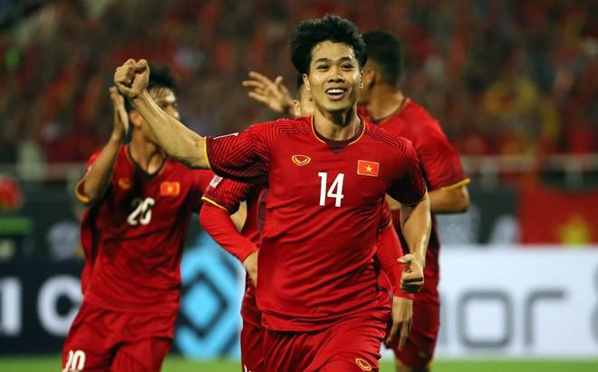 Đánh nguội Công Phượng nhưng cầu thủ Malaysia vẫn thoát thẻ đỏ
