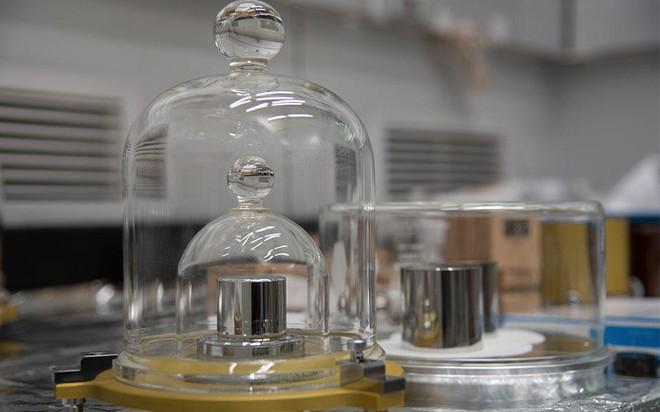 Lịch sử hơn 1 thế kỷ của quả cân 1 kilogram: Được cất giữ như bảo vật trong hầm ở Pháp - Ảnh 3.