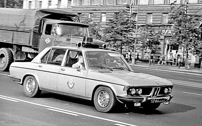 Tại sao cảnh sát Liên Xô được cấp xe Porsche, Mercedes, BMW để làm nhiệm vụ? - Ảnh 4.
