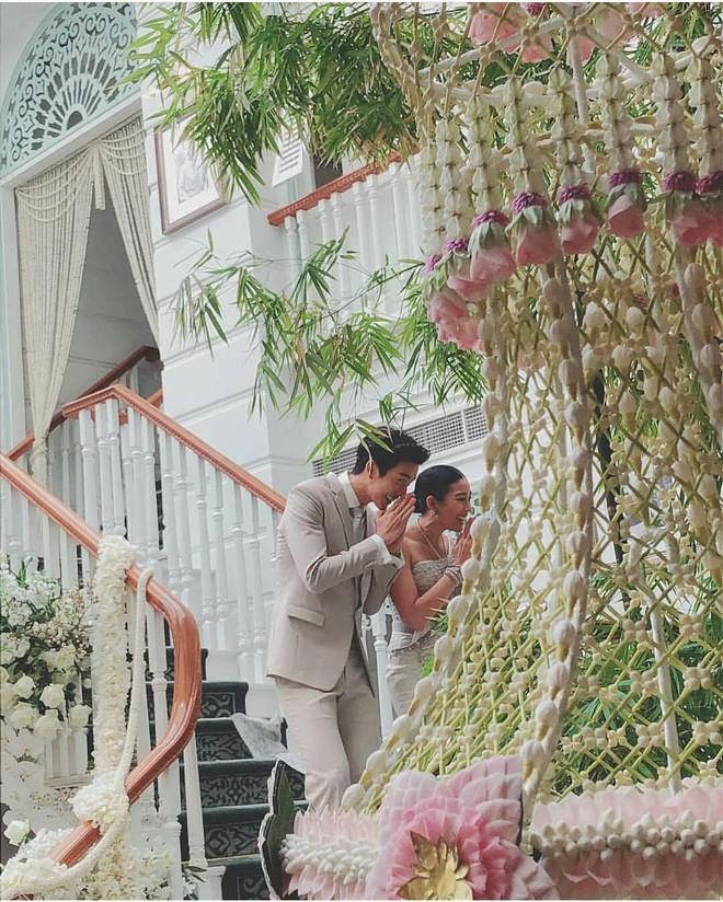 Đám cưới cặp quyền lực nhất Tbiz Push Puttichai và Jooy: Hôn lễ truyền thống siêu sang, dàn phù dâu phù rể khủng - Ảnh 6.