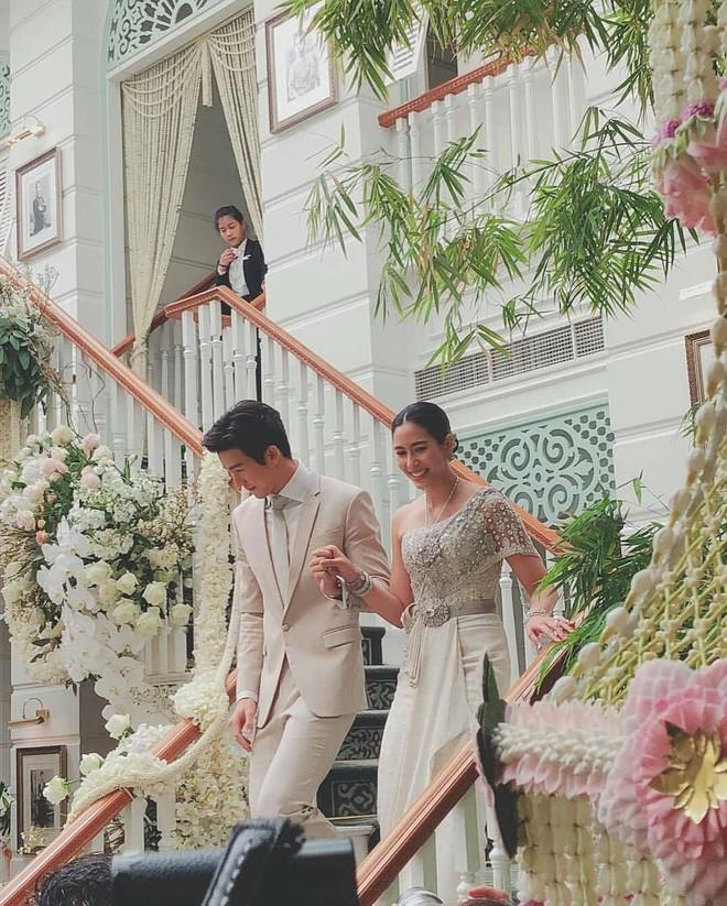 Đám cưới cặp quyền lực nhất Tbiz Push Puttichai và Jooy: Hôn lễ truyền thống siêu sang, dàn phù dâu phù rể khủng - Ảnh 7.
