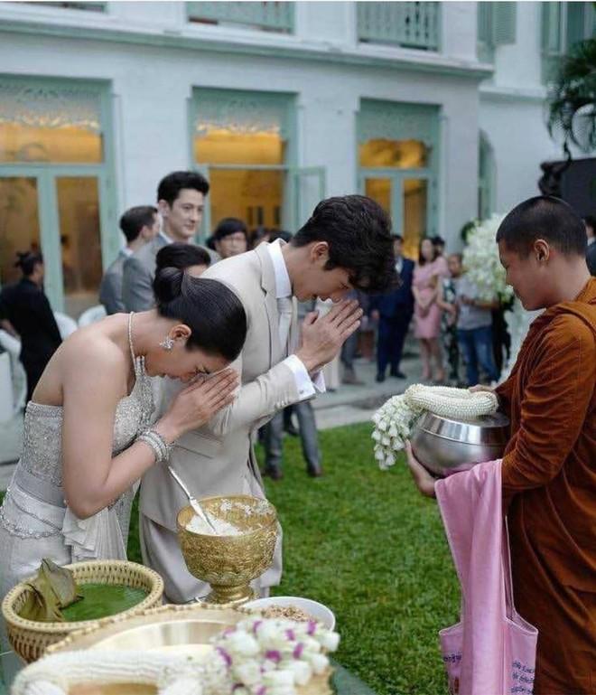 Đám cưới cặp quyền lực nhất Tbiz Push Puttichai và Jooy: Hôn lễ truyền thống siêu sang, dàn phù dâu phù rể khủng - Ảnh 10.