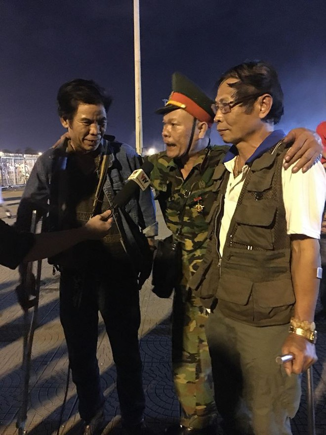 Người cựu chiến binh xịn cụt chân và nụ cười rạng rỡ sau thắng lợi trên sân Mỹ Đình - Ảnh 1.