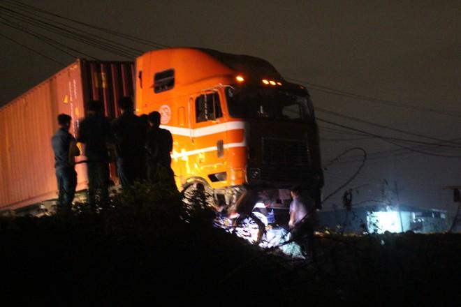 Dùng xẻng xúc đất đưa thi thể bé gái 6 tuổi ra khỏi gầm xe container  - Ảnh 3.
