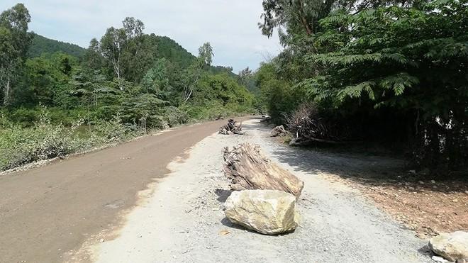 Người dân lại chặn xe chở đất đá thi công dự án Vsip Nghệ An - Ảnh 1.