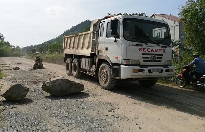 Người dân lại chặn xe chở đất đá thi công dự án Vsip Nghệ An - Ảnh 3.