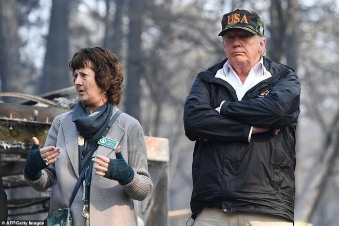 Hình ảnh Tổng thống Trump ngậm ngùi thị sát nơi cháy rừng hoang tàn - ảnh 1