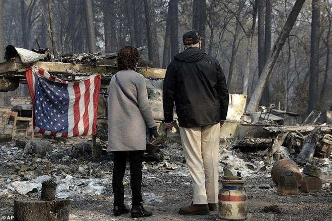 Hình ảnh Tổng thống Trump ngậm ngùi thị sát nơi cháy rừng hoang tàn - ảnh 2