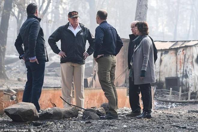 Hình ảnh Tổng thống Trump ngậm ngùi thị sát nơi cháy rừng hoang tàn - ảnh 3