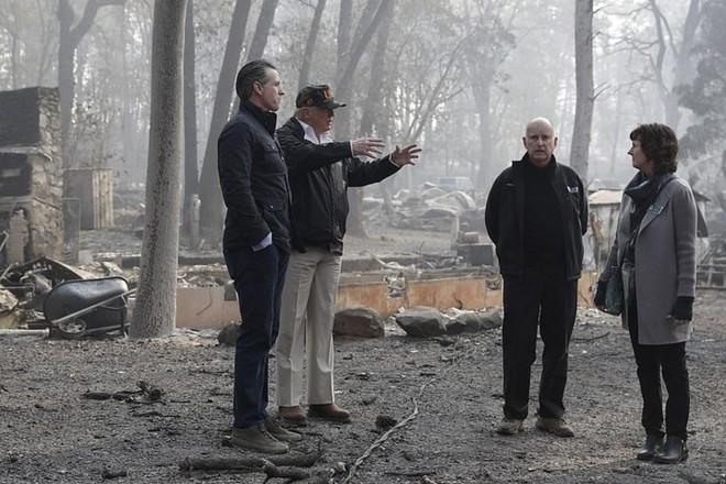 Hình ảnh Tổng thống Trump ngậm ngùi thị sát nơi cháy rừng hoang tàn - ảnh 4