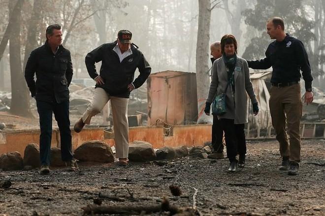 Hình ảnh Tổng thống Trump ngậm ngùi thị sát nơi cháy rừng hoang tàn - ảnh 5
