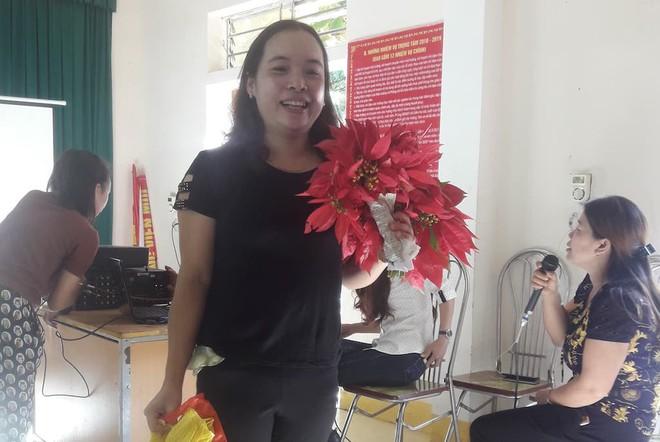 Giáo viên mừng phát khóc khi học trò mang hoa dại, rau cải, chuối tặng ngày 20/11 - Ảnh 1.