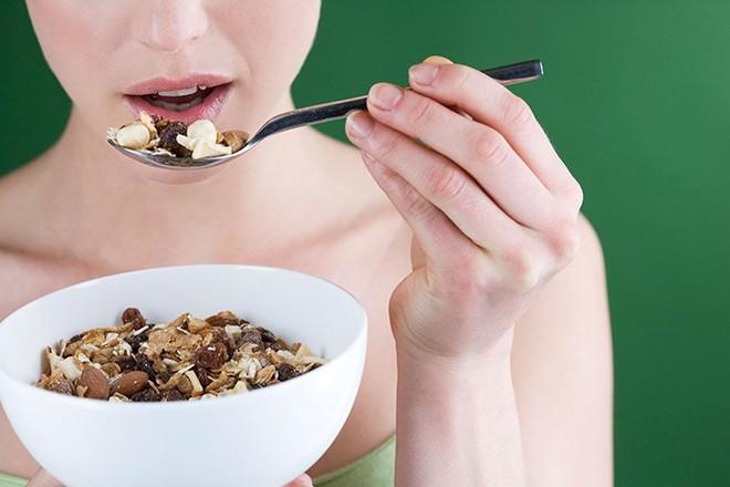 Chuyên gia dinh dưỡng khuyên: Ăn một nắm hạt mỗi ngày, cơ thể sẽ nhận về rất nhiều lợi ích - Ảnh 3.