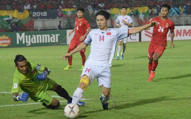 Việt Nam lần đầu vắng mặt, Công Phượng phải... làm nền cho thủ môn Myanmar
