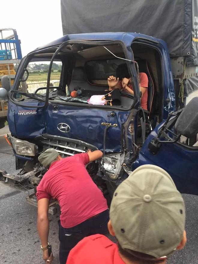 Tài xế xe tải gặp nạn vừa được đưa lên taxi tiếp tục bị xe khác đâm trúng - Ảnh 1.