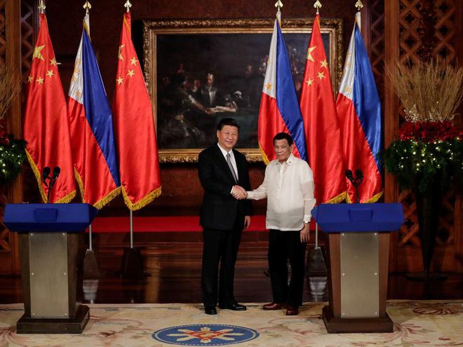 Ông Tập gặp ông Duterte: Philippines dậy sóng vì bức tranh điềm gở và vị trí lạ của quốc kỳ - Ảnh 1.
