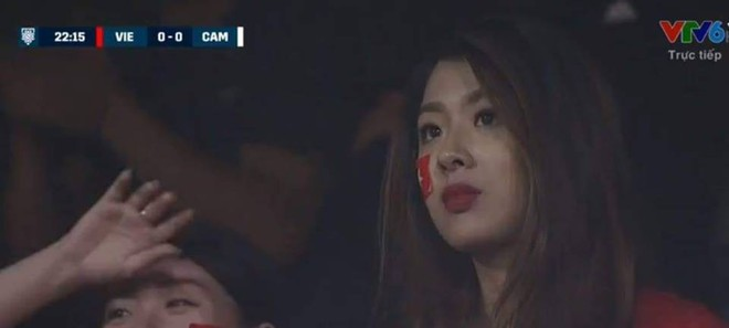 CĐV Đông Nam Á phát cuồng, xin danh tính của các CĐV nữ xinh đẹp ở Hàng Đẫy - Ảnh 1.