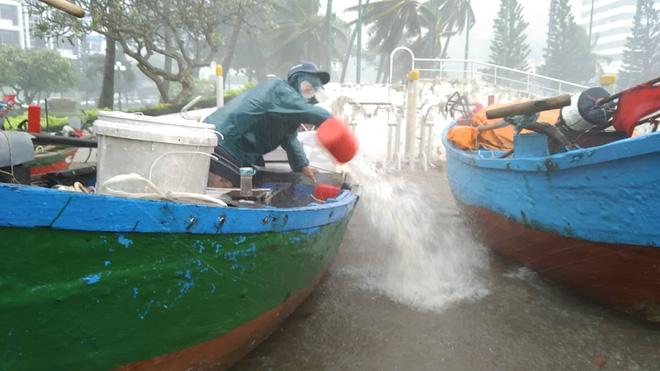 Nhiều ngư dân Vũng Tàu liều lĩnh ra biển kiểm tra tài sản giữa cơn bão số 9 quét qua - Ảnh 9.