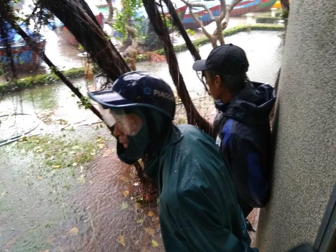 Nhiều ngư dân Vũng Tàu liều lĩnh ra biển kiểm tra tài sản giữa cơn bão số 9 quét qua - Ảnh 10.