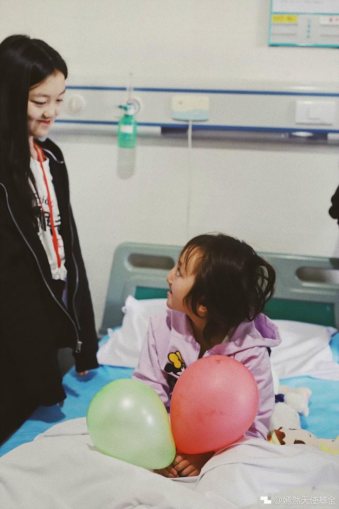 Cuộc sống của con gái Lý Á Bằng: Cô bé tật nguyền đáng nể vẫn phải chịu đựng sóng gió thị phi - Ảnh 13.