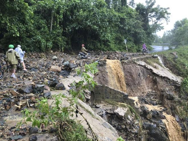 Ảnh hưởng bão số 9: Sạt lở kinh hoàng ở tỉnh lộ 9, Khánh Hòa ngập nặng nhiều nơi - Ảnh 2.